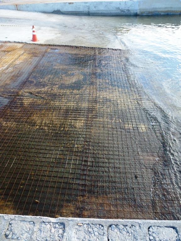 MARINA DA GLÓRIA - Obra de recuperação da rampa, em 22-06-2014 - nota-se falta de corretos blocos espaçadores de altura das ferragens; pouca sobreposição entre malhas de ferragens; laje ainda suja, com lodo, pós colocação das ferragens  - foto 05.